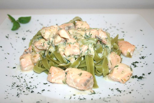 41 - Lachs in Dill-Sahne-Sauce - Seitenansicht / Salmon in dill cream sauce - Side view
