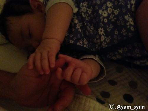 ぼくの手を握ったままようやく寝てくれたが、いつ手を離すかが問題だ!