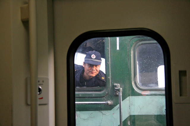 A crewman in the oncoming train, Qinghai–Tibet Railway, China 青蔵鉄道、対向列車の乗務員さん