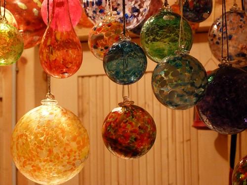 Bolas de Navidad en el mercado de Cesky Krumlov (Bohemia del Sur, República Checa)