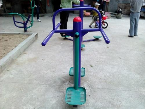 Equipement de gym dans un square à SanYa (Hainan, Chine)