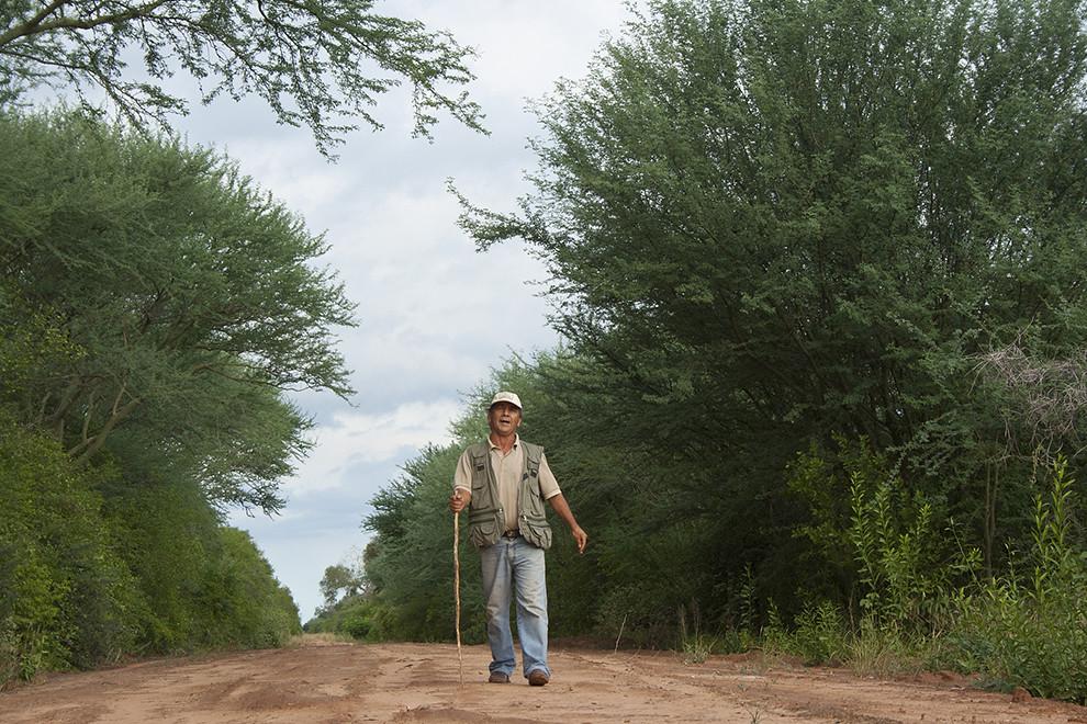 """Silvino González, guardaparques del """"Parque Nacional Defensores del Chaco"""" y """"Parque Nacional Río Negro"""" en Bahía Negra, recorre diariamente largas distancias para proteger el territorio de los cazadores furtivos que amenazan las especies que el parque protege. Es el único guardaparques de la región, cuya responsabilidad es cuidar 780.000 hectáreas en total. (Andrea Ferreira)."""