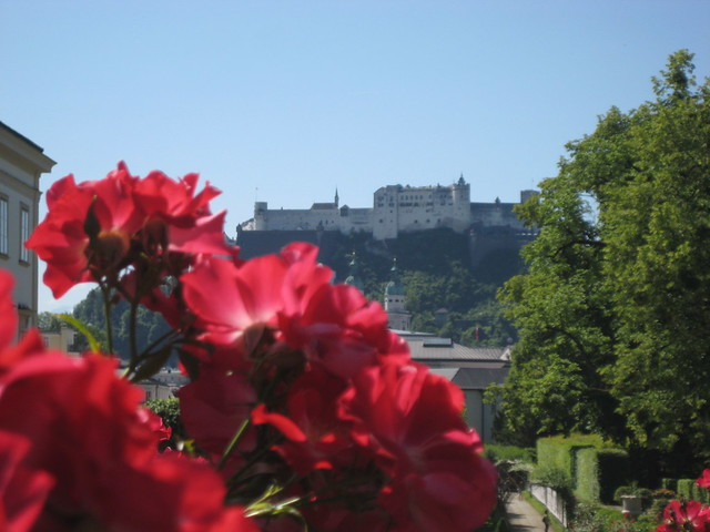 Blick durch den Mirabellgarten auf die Festung Hohensalzburg