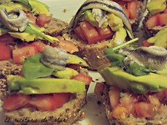 Montaditos de tomate aguacate y boquerones (1)