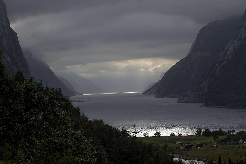 6. Lysefjorden entre nubes. Autor, Bright Green Pants