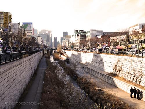 Caminar por el canal de Cheonggyecheon es un respiro cuando uno se ve rodeado de alto rascacielos.