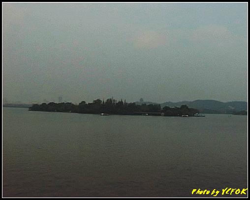 杭州 吳山天風景區 - 074 (城隍閣 從西湖十景之 蘇堤 望向城隍閣)
