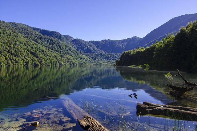 Озеро среди лесистых гор