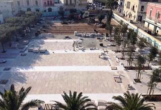 La piazza quasi pavimentata vista dall'alto