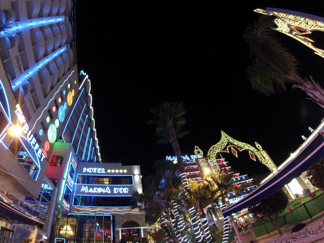 Avenida principal de Marina D'or iluminada por las noches marina d'or - 14167223526 48bd428ebf z - Marina D'or, ciudad de vacaciones para niños y adultos