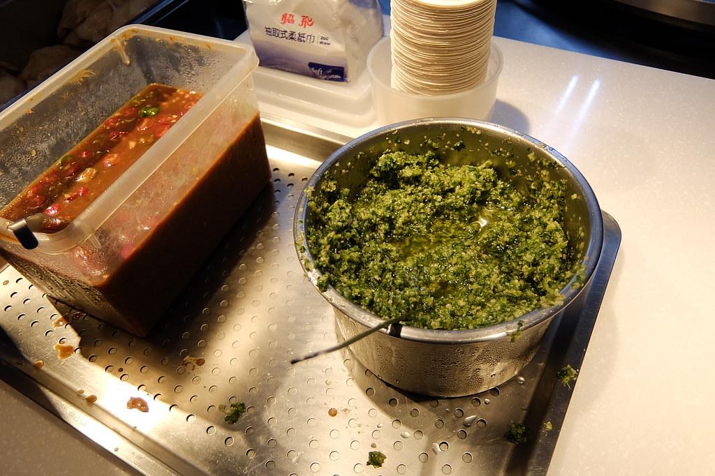 紅醬和油蔥醬..油蔥醬略鹹,不過個人覺得這油蔥醬就是搭飯/肉吃啊...剛好可以提味...