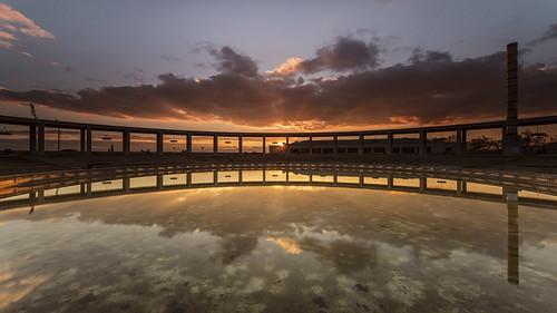 barcelona sunset sky sun reflection sol horizontal clouds outdoors atardecer hill juegos games catalonia symmetry cielo nubes reflejo 1992 catalunya monte olympics colina pillars venue puesta olimpiadas cataluña openair montjuïc simetría pilares recinto olímpicos