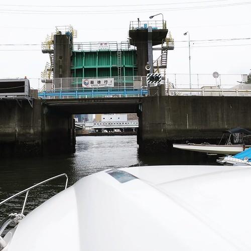 マリーナから右手にすぐあるのが、浜前水門。その先はもう隅田川。対岸に築地市場が見えます。 #勝どきマリーナ