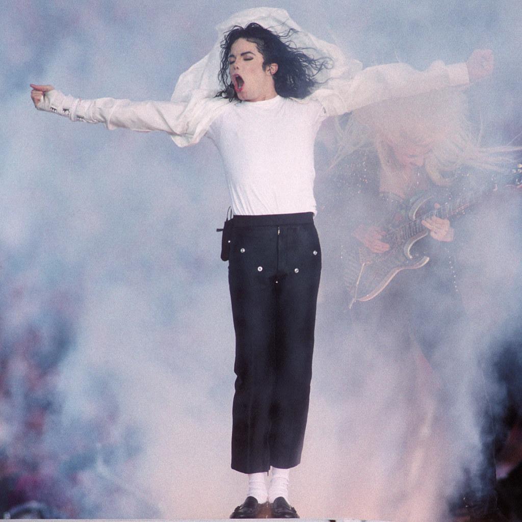 Фото | Майкл Джексон в белой футболке