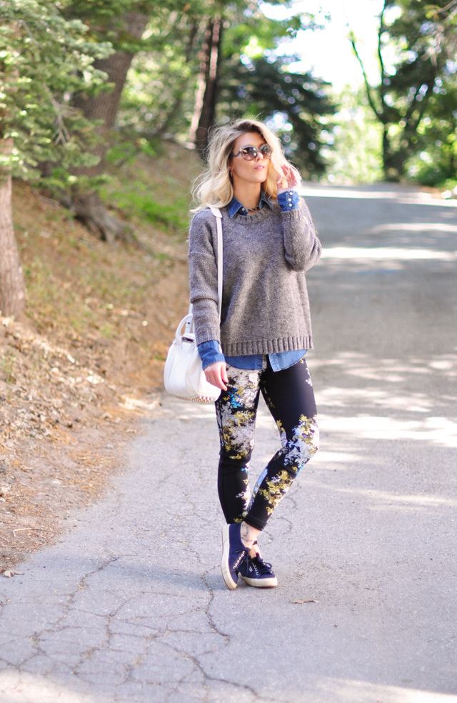 casual outfit- floral pants-oversized sweater-sneakers