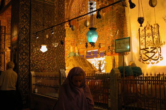 Peregrinos de todo el mundo y cultura se acercan hasta la tumba de Rumi en un acto de fé. Konya, el cinturón religioso de Turquía - 9286571100 2c3dbcba95 z - Konya, el cinturón religioso de Turquía