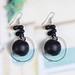Small photo of Zwarte houten kraal kleine cirkel oorbellen