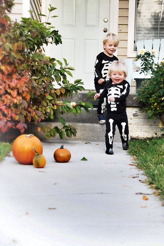 little skeleton costumes that glow in dark
