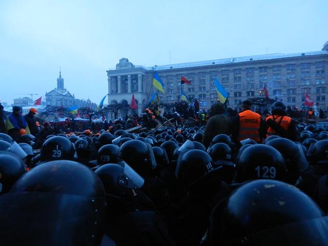 Теперь митингующие блокируют милицию