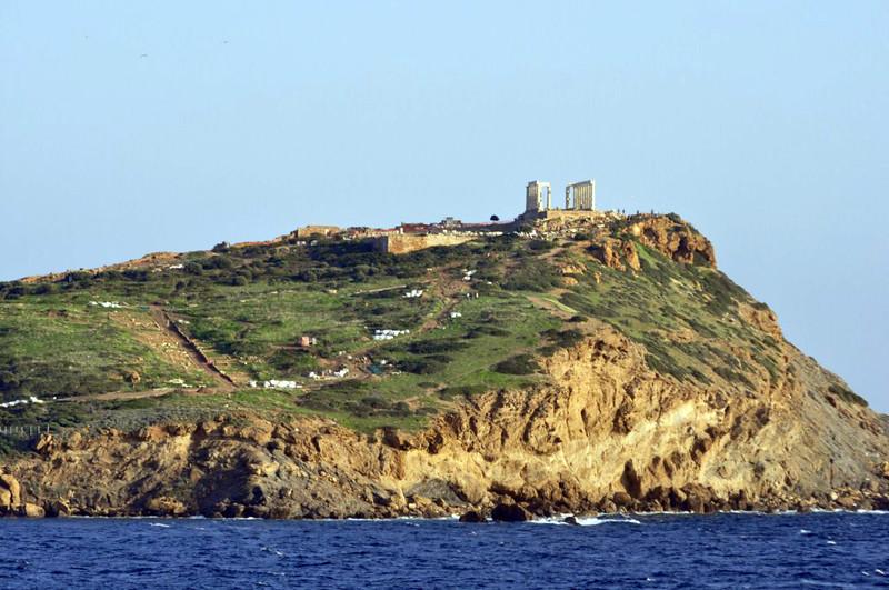Vista del Templo de Poseidón y el cabo Sounion desde la playa. Cabo Sounion - 12174011644 afacba1448 c - Cabo Sounion y el Templo de Poseidón