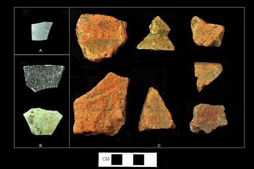 A 上光的清瓷碎片、B 陶器碎片、C 屋頂瓦片