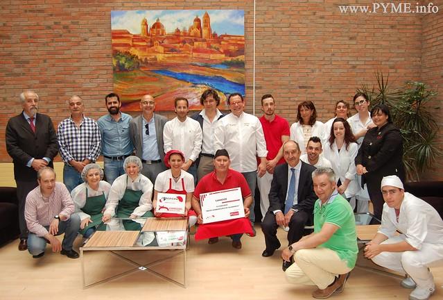 Foto de familia de los participantes, jurado y autoridades presentes en el concurso 'La mejor hamburguesa de Salamanca'.