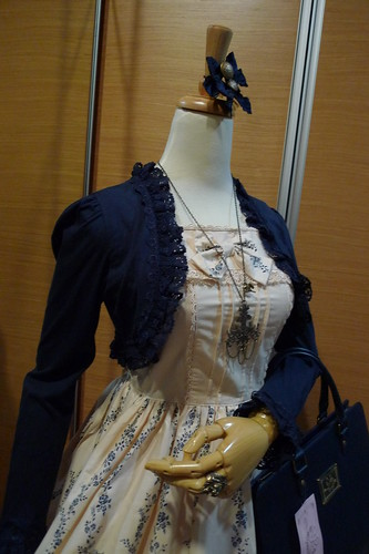 Mannequin Snap: Cream & Navy