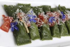 Tortelli ripieni di ricotta affumicata e ortiche, pomodoro fresco,pinoli, fiori di borragine