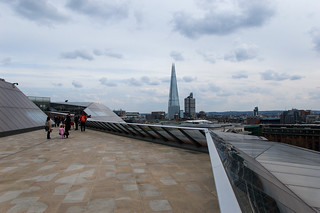 La terrasse du One New Change et The Shard en arrière plan