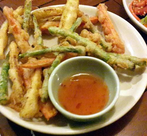 ירקות טמפורה: שעועית ארוכה, גזר, טארו, מוגשים עם רוטב צ'ילי מתוק