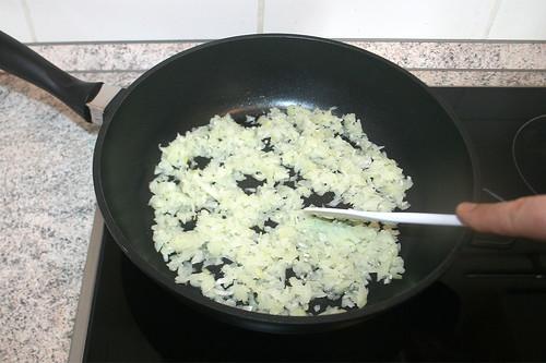 17 - Zwiebeln & Knoblauch andünsten / Braise onions & garlic lightly