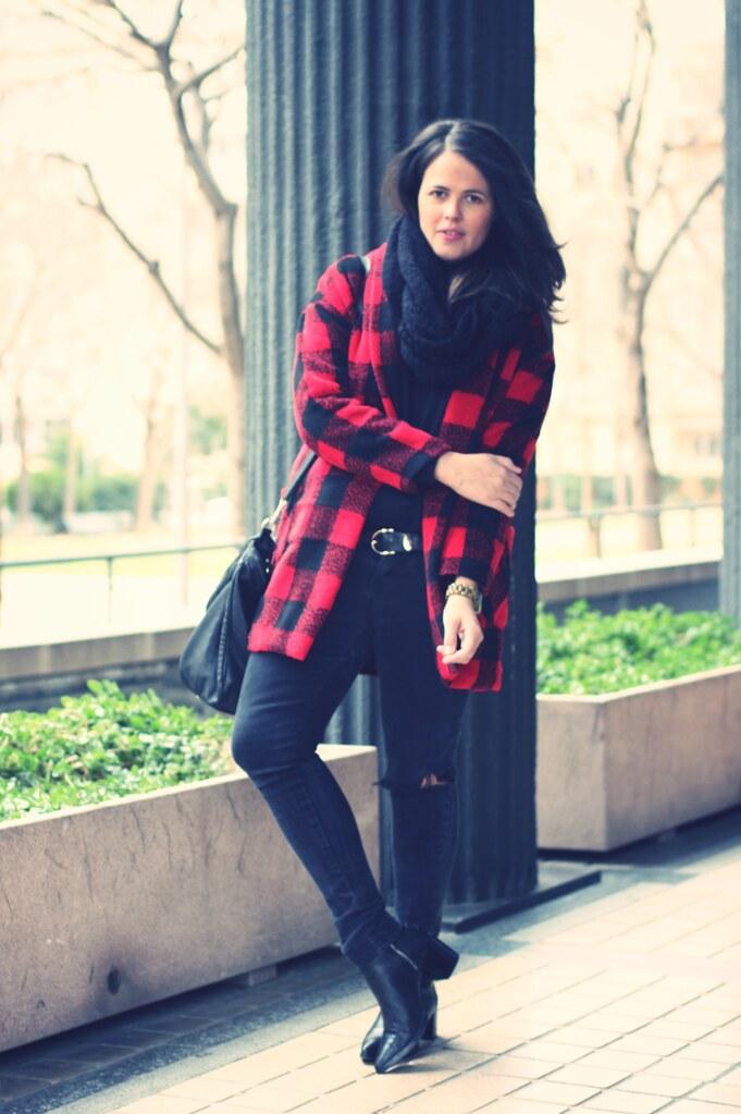 Look Abrigo cuadros negros y rojos