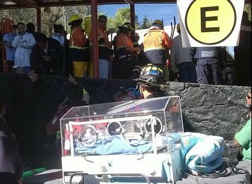Recién nacidos fueron desalojados en incubadoras del Hospital Materno Infantil de Cuajimalpa. Foto La Jornada