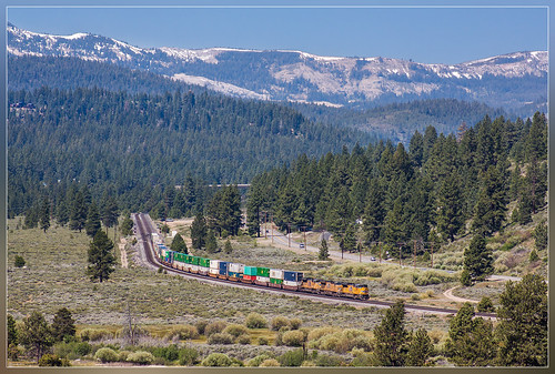 california railroad mountains forest train outside unitedstates tahoe railway zug container national unionpacific bergen curve trein buiten truckee spoorweg courbe doublestack chemindefer bocht spoorlijn