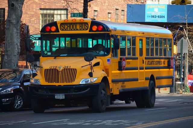 Autobús escolar amarillo americano en el barrio de Harlem de Nueva York