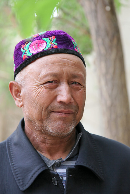A man wearing flower embroidered doppa, Kumul (Hami) ハミ、花の刺繍のドッパを被った男性