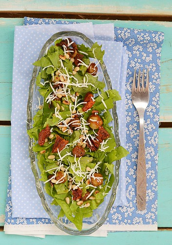 green salad with dried tomato