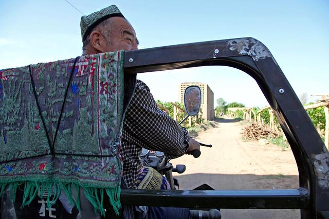 A man riding the three-wheeler, Shanshan (Piqan) County ルクチュン、オート三輪に乗る男性