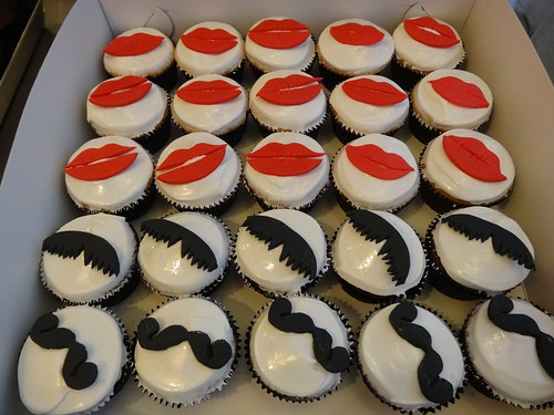 Mustache & Lips cupcakes by CAKE Amsterdam - Cakes by ZOBOT