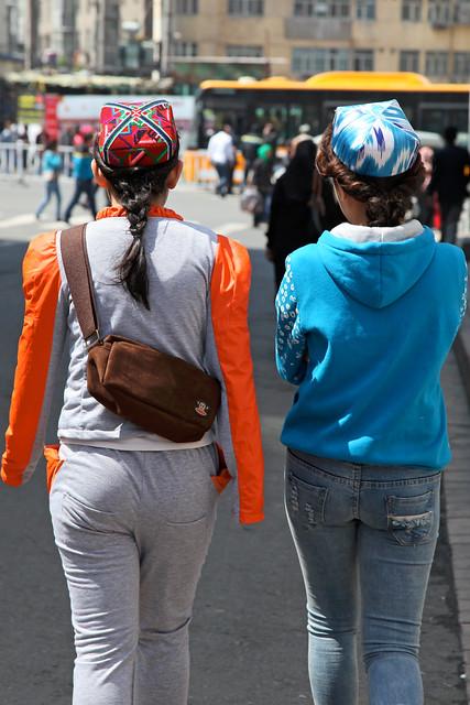 2 women wearing doppa in the street, Urumqi ウルムチ、ドッパを被って歩く若い女性たち