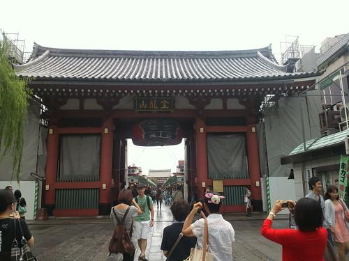 台風通過後の浅草 雷門