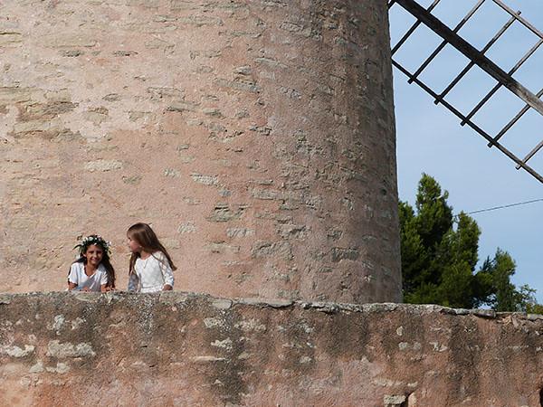 deux fillettes devant moulin