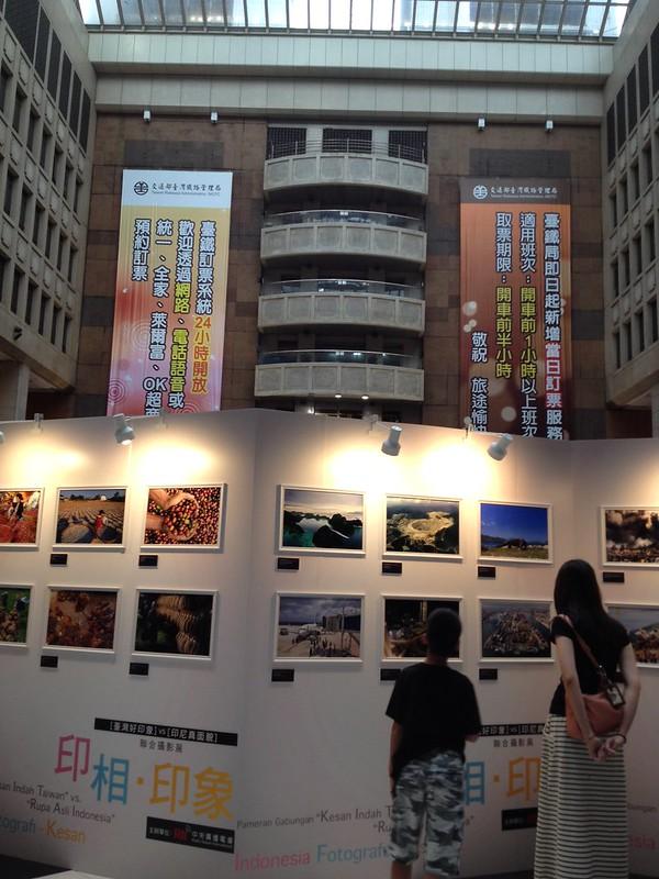 台北駅構内で何かの写真展 by haruhiko_iyota