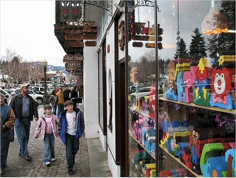 華盛頓西雅圖的街上,一個家庭正在選購玩具。(圖:Pictoscribe)