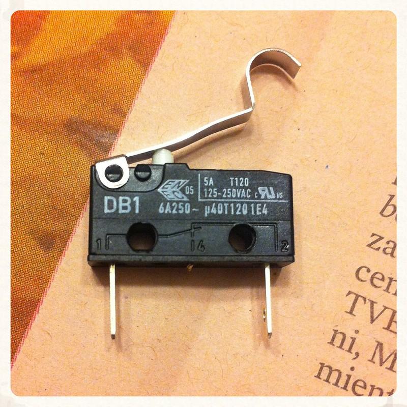 Microinterruptor usado para controlar la luz de freno de la montesa Impala