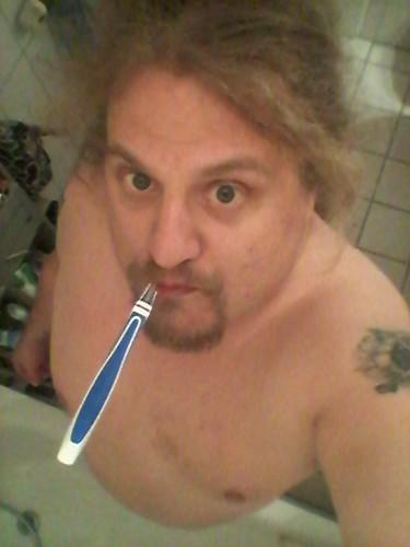 sex sells selfie - Ulf mit nacktem Oberkörper und Zahnbürste im Mund von Oben abgelichtet.
