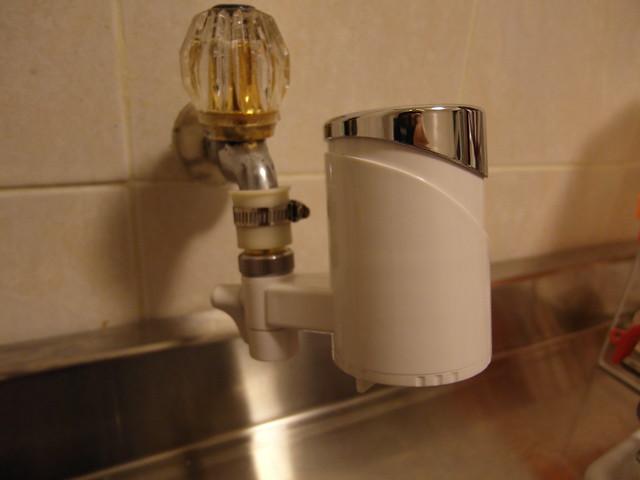 可以自由旋轉濾水器角度,方便取水@ALYA歐漾龍頭式淨水器