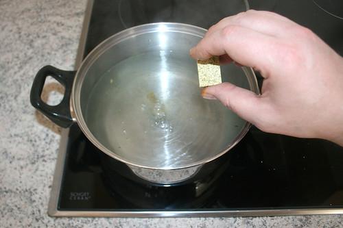 20 - Brühwürfel ins kochende Wasser geben / Add stock cube in boiling water