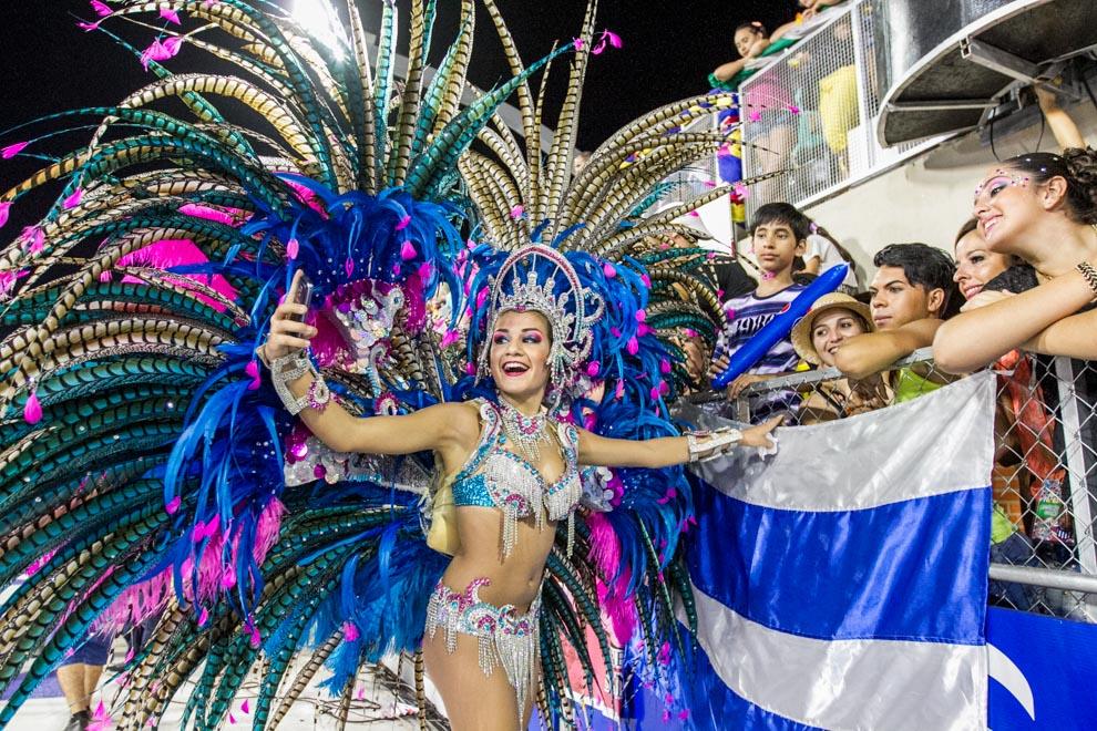 Entre los pedidos más realizados por el público presente en el sambódromo encarnaceno, se encontraban los selfies con las pasistas más bellas, durante la realización de la última fecha del Carnaval Encarnaceno. (Tetsu Espósito)