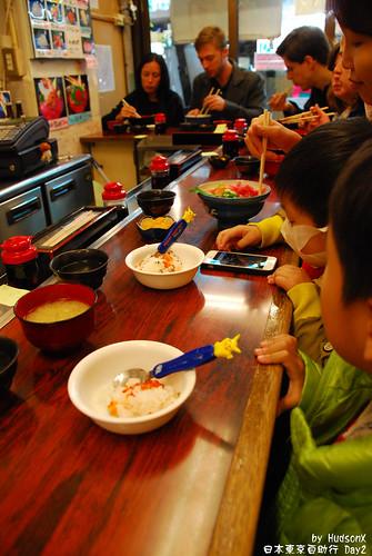 小朋友吃鮭魚卵飯